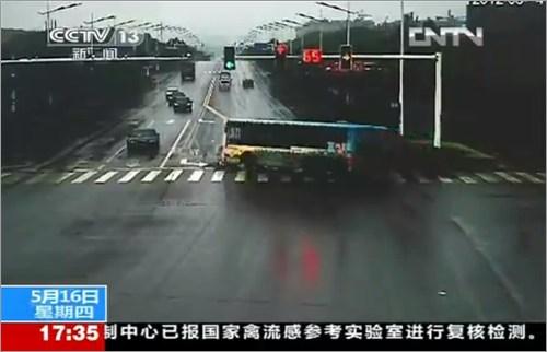 バスの事故場面