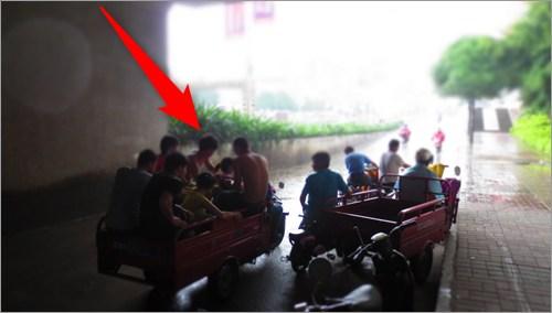 雨宿りする中国人