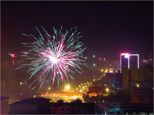 街中で花火を上げる
